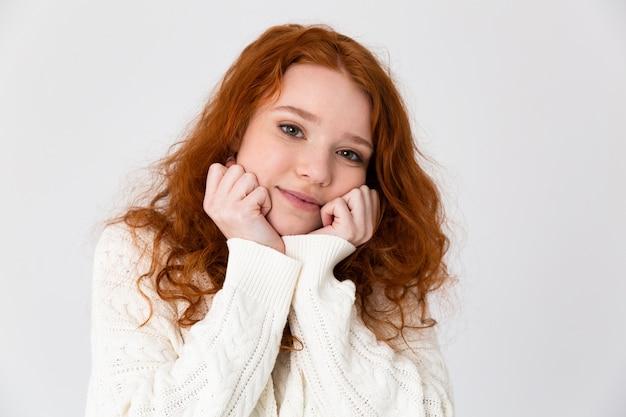 Retrato de uma adorável jovem ruiva isolado sobre um fundo branco