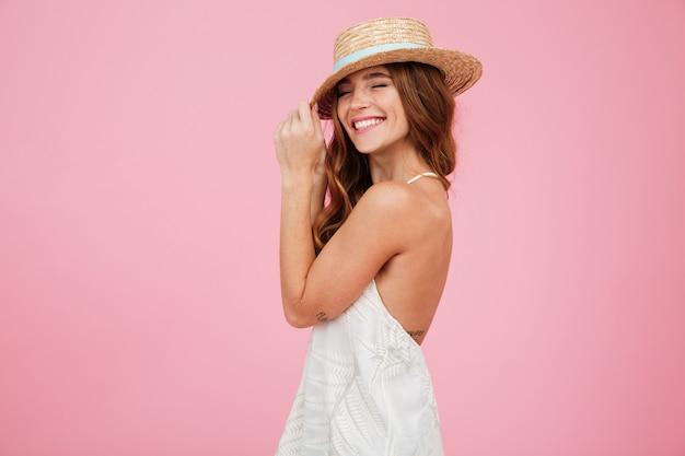 Retrato de uma adorável senhora no verão vestido e chapéu