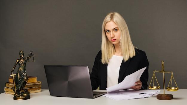 Retrato de uma advogada empresária olhando para a câmera enquanto trabalhava no escritório