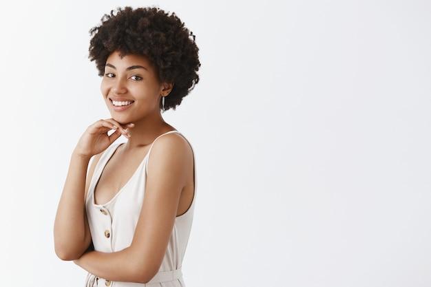 Retrato de uma afro-americana linda e saudável, com pele pura e penteado afro fofo
