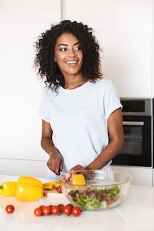 Retrato de uma alegre mulher afro-americana