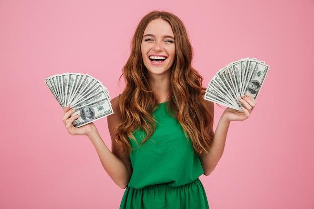 Retrato de uma alegre mulher feliz com cabelos longos