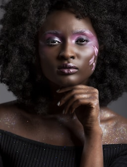 Retrato de uma atraente mulher afro-americana com bela maquiagem e cabelo escuro