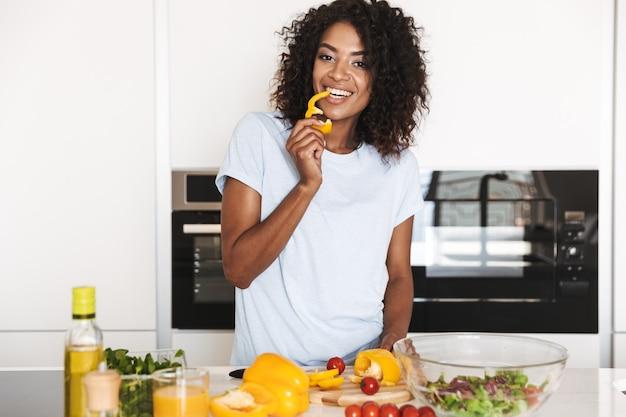 Retrato de uma atraente mulher afro-americana