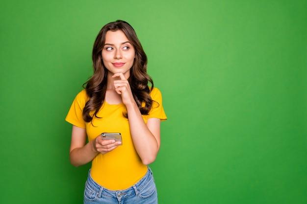 Retrato de uma bela atraente adorável charmosa cativante alegre curiosa garota de cabelos ondulados criando novo post smm