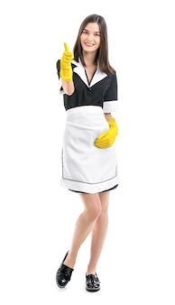 Retrato de uma bela camareira mostrando o polegar em uma superfície branca