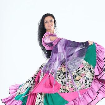 Retrato de uma bela dançarina cigana executa a dança em um fundo branco