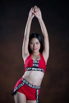 Retrato de uma bela dançarina no vestido vermelho dançando
