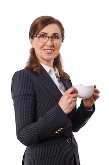 Retrato de uma bela empresária 50 orelhas velhas com uma xícara de café no escritório.