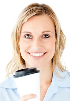 Retrato de uma bela empresária segurando um café