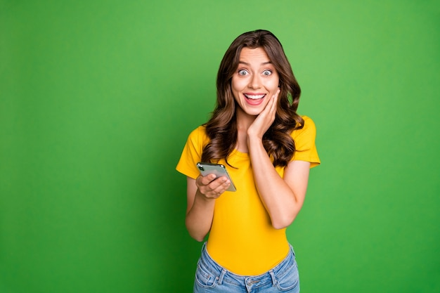Retrato de uma bela garota atraente adorável encantadora alegre alegre de cabelos ondulados usando aplicativo 5g de internet rápida de alta velocidade online