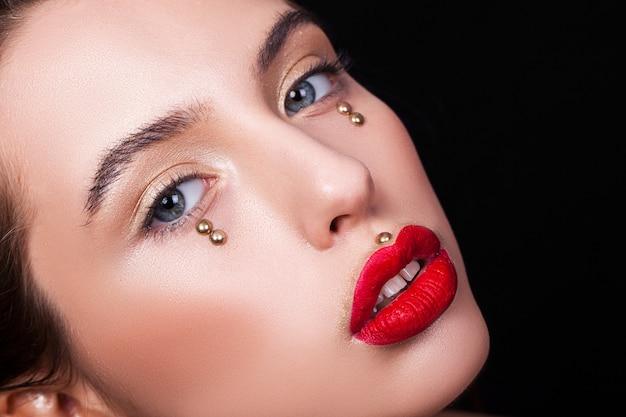 Retrato de uma bela garota sexy com uma maquiagem criativa