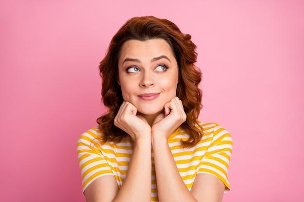Retrato de uma bela garota sonhadora criando uma nova estratégia isolada sobre um fundo rosa pastel