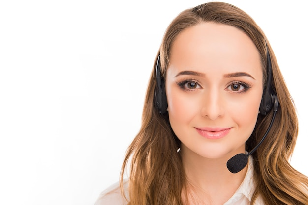 Retrato de uma bela jovem agente de call center