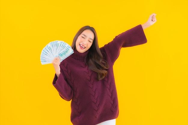 Retrato de uma bela jovem asiática com muito dinheiro e muito dinheiro.
