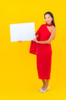 Retrato de uma bela jovem asiática em um quadro branco vazio