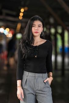 Retrato de uma bela jovem asiática ou tailandesas em uma suíte de luxo