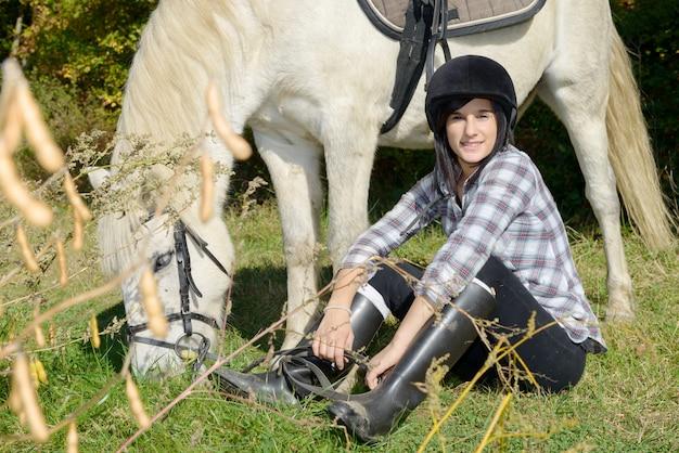 Retrato de uma bela jovem com passeios a cavalo branco