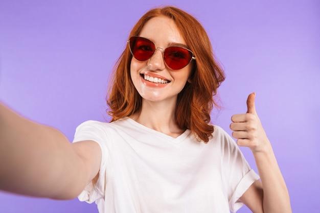 Retrato de uma bela jovem de óculos de sol