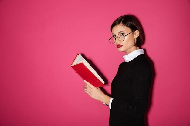 Retrato de uma bela jovem empresária lendo um livro