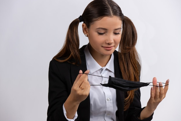 Retrato de uma bela jovem estudante isolada