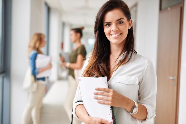 Retrato de uma bela jovem estudante na universidade