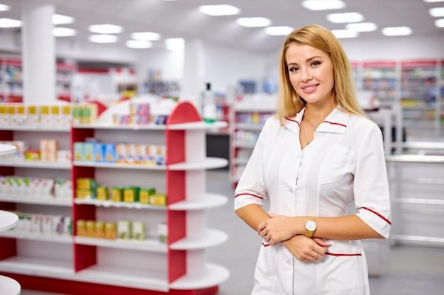 Retrato de uma bela jovem farmacêutica de uniforme