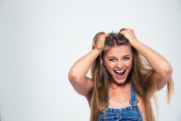 Retrato de uma bela jovem gritando