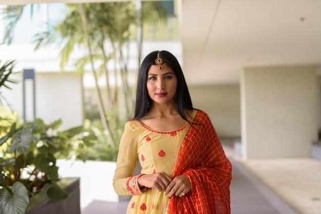 Retrato de uma bela jovem indiana vestindo roupas tradicionais ao ar livre