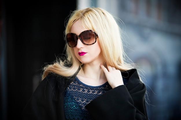 Retrato de uma bela jovem loira ao ar livre