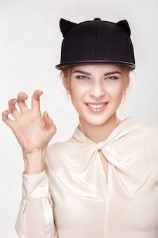 Retrato de uma bela jovem loira sexy em gato de chapéu. mulher gato