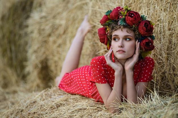 Retrato de uma bela jovem modelo de vestido vermelho