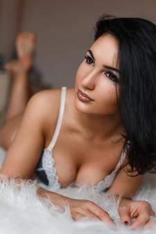 Retrato de uma bela jovem morena em lingerie