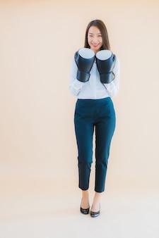 Retrato de uma bela jovem mulher asiática de negócios com conceito de boxe.