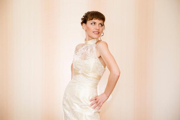 Retrato de uma bela jovem noiva em segundo plano