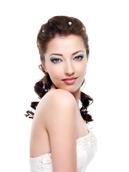 Retrato de uma bela jovem noiva - isolado no fundo branco