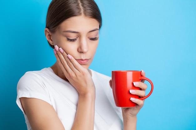 Retrato de uma bela jovem passando por uma dor de dente dolorosa.