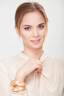 Retrato de uma bela jovem sensual loira na camisa branca, sorrindo e olhando para a câmera. loira sexy