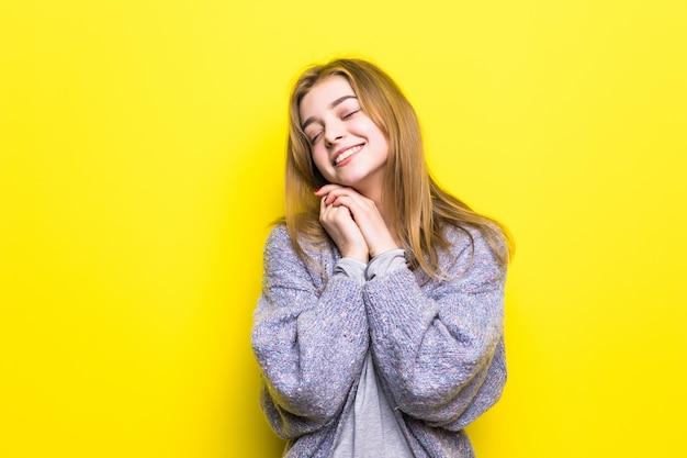 Retrato de uma bela jovem sonhadora sorrindo olhando para cima pensando sonhando com a mão no queixo.
