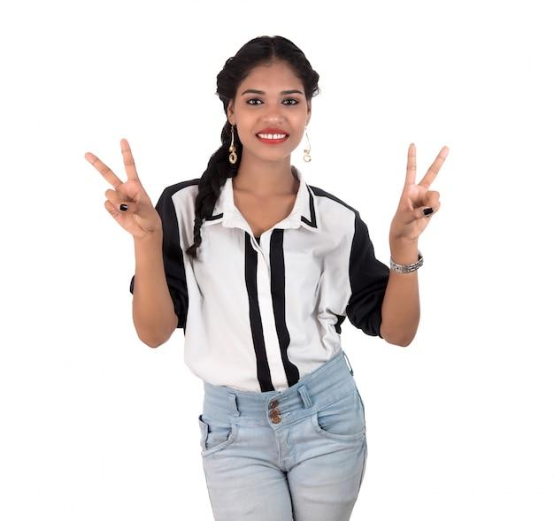 Retrato de uma bela jovem sorridente posando no espaço em branco