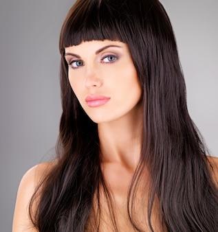 Retrato de uma bela mulher adulta sensual com longos cabelos castanhos
