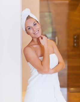 Retrato de uma bela mulher depois do banho