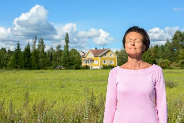 Retrato de uma bela mulher escandinava madura com cabelo curto e relaxante na natureza ao ar livre