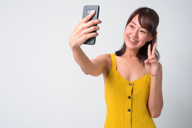Retrato de uma bela mulher japonesa em branco