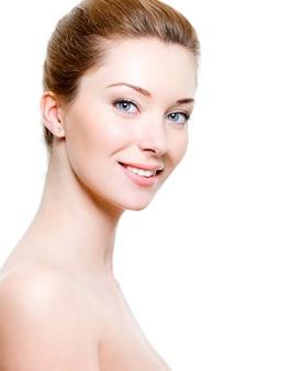 Retrato de uma bela mulher sorridente com pele saudável