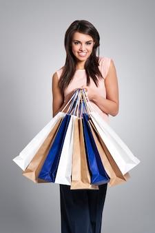 Retrato de uma bela shopaholic com sacolas de compras