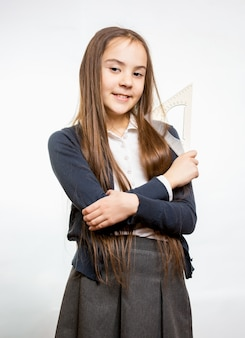 Retrato de uma colegial sorridente fofa com longos cabelos castanhos