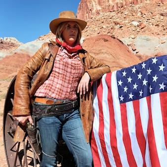 Retrato de uma cowgirl loira com bandeira americana