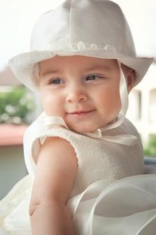 Retrato de uma criança alguns meses no dia do seu batismo.