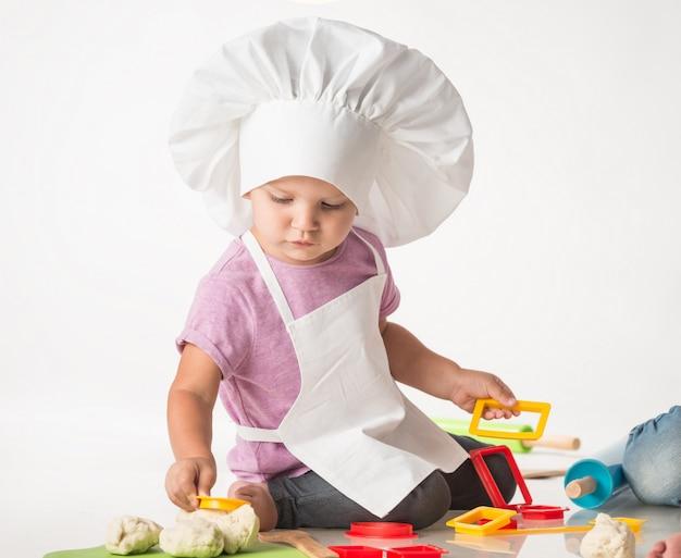 Retrato de uma criança bonitinha no chapéu de um chef